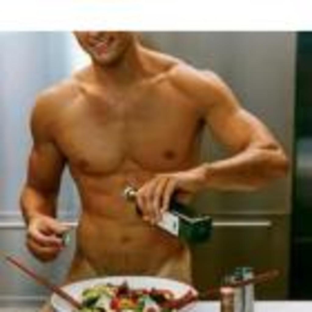 мужчина на кухне голый