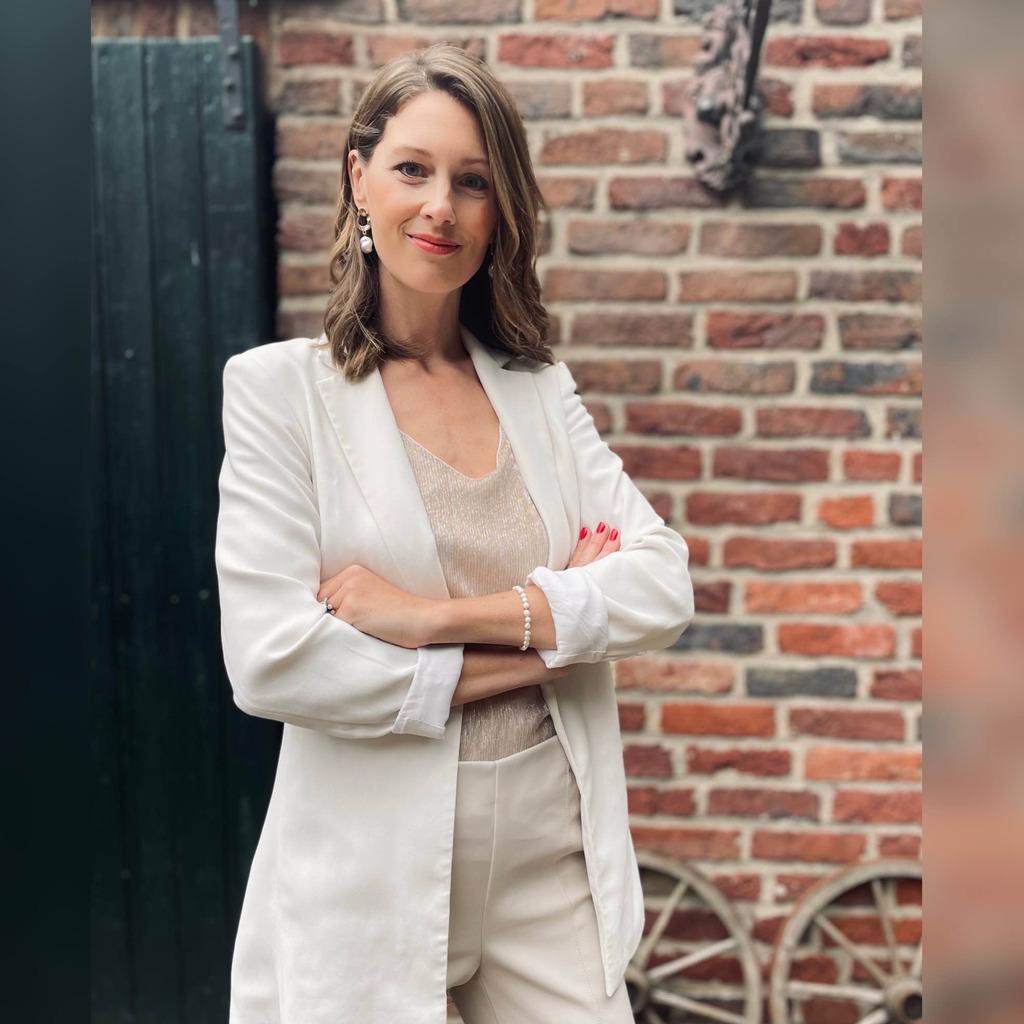 Anne Sophie Debeerst Mitarbeiter Im Bereich Customer